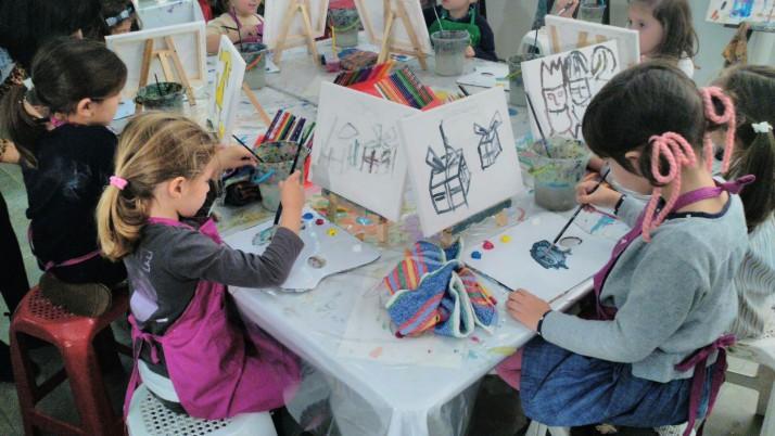 ¡La Fiesta de Mukina para Jóvenes Pintores se llena de niños en la víspera de Reyes!